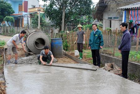 Lãnh đạo xã Yên Phú kiểm tra tiến độ bê tông hóa đường giao thông.