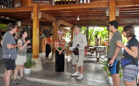 Đoàn du khách quốc tế tại mô hình du lịch cộng đồng của chị Hoàng Thị Loan.