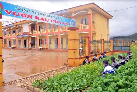 Học sinh Trường PTDTBT Tiểu học Nậm Khắt chăm sóc vườn rau.