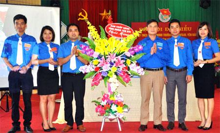 Đồng chí Lương Mạnh Hà - Phó Bí Thư Thường trực Tỉnh đoàn Yên Bái (bên phải) tặng hoa chúc mừng Đại hội.