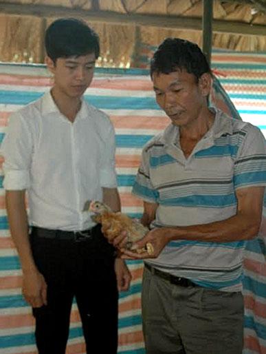 Cựu chiến binh Bùi Văn Định (bên phải) chia sẻ cách chăm sóc giống gà lai chọi với cán bộ Hội Cựu chiến binh phường Hợp Minh.