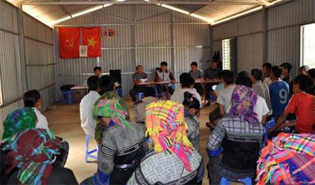 Một cuộc họp của người dân ở bản Đề Sủa, xã Lao Chải.