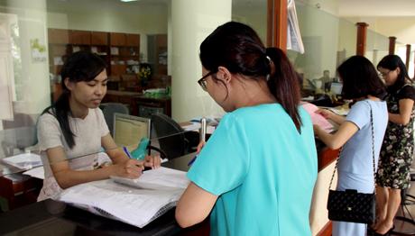 Cán bộ Phòng Giao dịch Kho bạc Nhà nước tỉnh Yên Bái tận tình phục vụ khách hàng. (Ảnh: Quang Thiều)