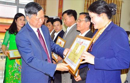 Đồng chí Nông Văn Lịnh - Ủy viên Ban Thường vụ, Chủ tịch Ủy ban MTTQ tỉnh trao bằng khen cho các tập thể có thành tích xuất sắc trong công tác mặt trận năm 2016.