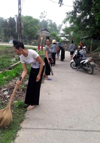 Nhân dân xã Nghĩa Lợi vệ sinh đường làng ngõ xóm, tạo cảnh quan sạch đẹp để phục vụ hoạt động du lịch cộng đồng.
