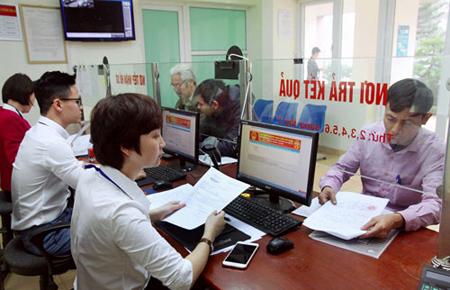 """Cán bộ bộ phận """"một cửa"""" UBND phường Phú La (quận Hà Đông) tiếp nhận hồ sơ hành chính."""