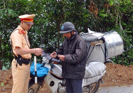 Lực lượng cảnh sát giao thông huyện Văn Chấn kiểm tra giấy tờ người điều khiển phương tiện giao thông.