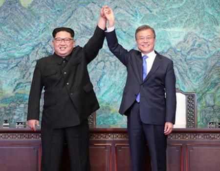 Tổng thống Hàn Quốc (phải) và lãnh đạo Triều Tiên nắm tay nhau sau khi ký tuyên bố chung ngày 27/4.