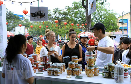 Du khách nước ngoài tham quan mua sắm tại Liên hoan ẩm thực quốc tế.