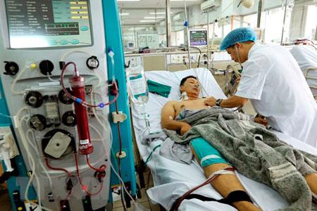 Bác sỹ Bệnh viện Bạch Mai đang cấp cứu điều trị cho bệnh nhân trong sự cố y khoa khi đang chạy thận nhân tạo tại Bệnh viện đa khoa tỉnh Hòa Bình.