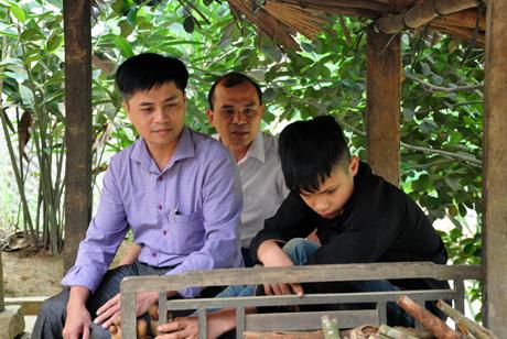 Các thầy giáo đến nhà vận động em Đặng Tòn Liều (ngoài cùng bên phải) ra lớp.