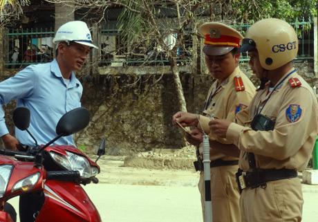 Cảnh sát giao thông Công an huyện Mù Cang Chải kiểm soát chặt chẽ các phương tiện tham gia giao thông.