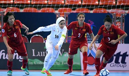 Các cô gái Việt Nam (áo đậm) đã thi đấu nỗ lực hết sức nhưng không thể gây bất ngờ trước nhà đương kim vô địch Iran.