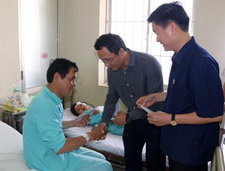 Uỷ ban ATGT Quốc gia và UBND tỉnh Yên Bái đến thăm hỏi các nạn nhân vụ tai nạn.
