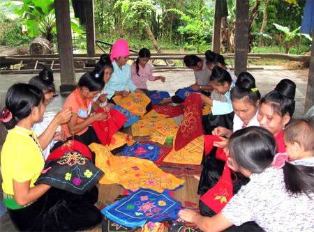 Nghề dệt thổ cẩm tạo việc làm và thu nhập cho nhiều lao động nông thôn ở thị xã Nghĩa Lộ.
