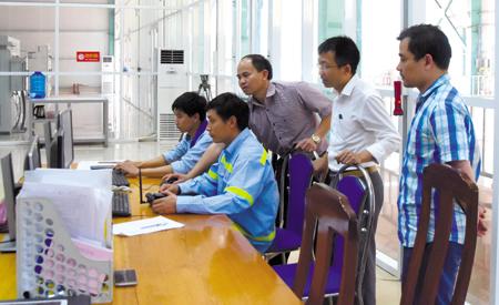 Cán bộ Chi cục thuế huyện Mù Cang Chải nắm bắt tình hình sản xuất và nộp ngân sách tại Nhà máy thuỷ điện Khao Mang Thượng.