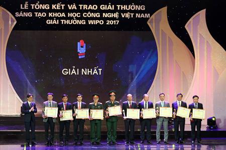 Phó Thủ tướng Vũ Đức Đam cùng Chủ nhiệm và đồng Chủ nhiệm của 4 công trình đạt giải Nhất Giải thưởng Sáng tạo khoa học - công nghệ Việt Nam 2017.
