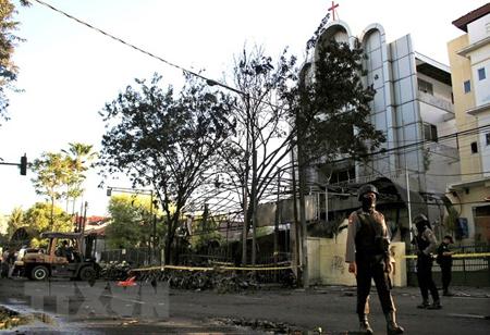Cảnh sát Indonesia gác tại tại hiện trường vụ nổ bom ở Đông Java ngày 13/5.