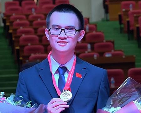 """Trần Đức Huy xuất sắc giành HCV và giải thưởng Thí sinh nước chủ nhà có kết quả xuất sắc nhất"""" tại cuộc thi Olympic Vật lý châu Á (APho) 2018."""