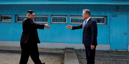 Cái bắt tay lịch sử giữa Chủ tịch Kim Jong-un (trái) và Tổng thống Moon Jae-in tại Bàn Môn Điếm ngày 27-4.