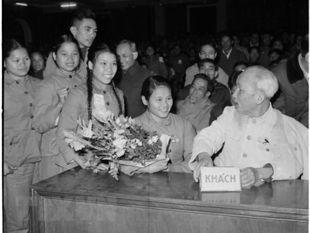 Chủ tịch Hồ Chí Minh nói chuyện thân mật với đại biểu Thanh niên xung phong dự Đại hội TNXP chống Mỹ cứu nước toàn miền Bắc (tháng 1-1967).