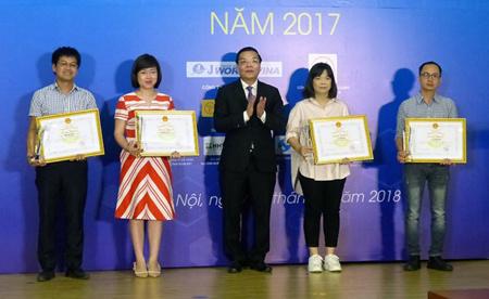 Bộ trưởng Bộ KH-CN trao giải Nhất cho đại diện các tác phẩm báo chí xuất sắc viết về lĩnh vực KH-CN trong năm 2017.