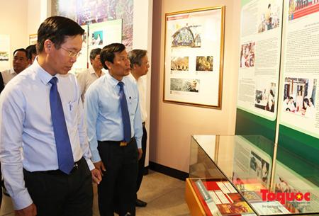 Các lãnh đạo tham quan triển lãm.