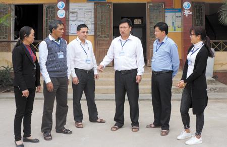 Lãnh đạo xã Đại Phác, huyện Văn Yên trao đổi với cán bộ về phong cách gần dân, trọng dân và phục vụ nhân dân của Chủ tịch Hồ Chí Minh.