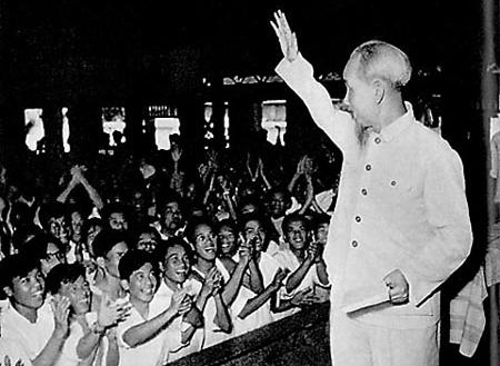 Bác Hồ thăm đại biểu giáo viên toàn miền Bắc năm 1958.