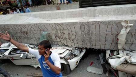 Cây cầu vượt đang trong quá trình thi công bị đổ sập tại bang Uttar Pradesh, miền Bắc Ấn Độ.