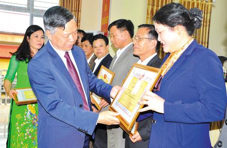 Lãnh đạo Ủy ban MTTQ tỉnh trao giấy khen cho các tập thể, cá nhân điển hình trong học tập và làm theo Bác.