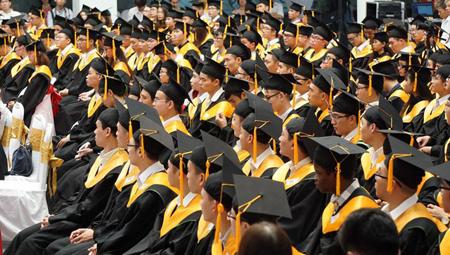 Cơ sở đào tạo còn được tự chủ trong việc: quy định các tiêu chuẩn đối với giảng viên quy định cơ chế chính sách sử dụng, đãi ngộ để tuyển chọn, thu hút giảng viên, đặc biệt là giảng viên giỏi trong và ngoài nước tham gia giảng dạy, nghiên cứu khoa học .