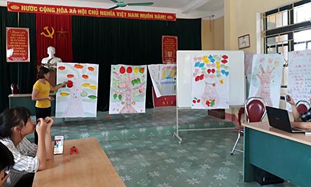 Thành viên CLB Cha mẹ thôn Yên Hòa, xã Yên Hợp thuyết trình về sự thay đổi trong ứng xử gia đình sau khi tham gia CLB.