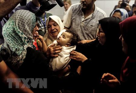 Người thân đau buồn trước cái chết của em bé 8 tháng tuổi Leila al-Ghandour thiệt mạng trong cuộc xung đột tại Gaza ngày 13/5.