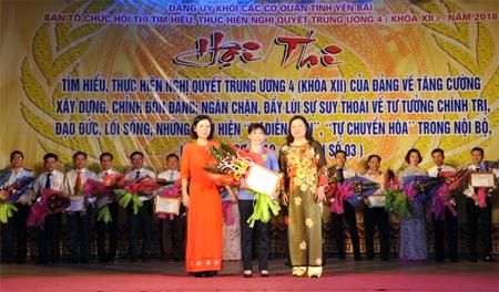 Ban Tổ chức trao giải Nhất cho thí sinh Phạm Thị Nguyệt thuộc Đảng bộ Viện Kiểm sát nhân dân tỉnh.