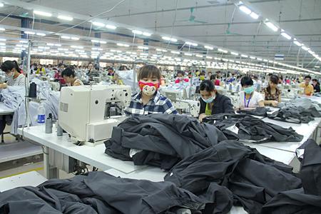 Thời gian qua, nhiều nhà đầu tư chọn Yên Bái làm điểm dừng chân. Ảnh: Công nhân làm việc trong dây chuyền may xuất khẩu của Công ty TNHH DaeSeungGlobal Hàn Quốc.