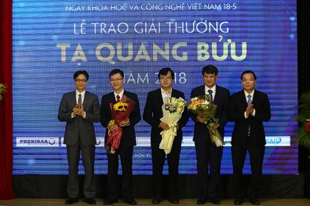 Phó Thủ tướng Vũ Đức Đam và Bộ trưởng Chu Ngọc Anh tặng hoa và chụp ảnh lưu niệm với các nhà khoa học đạt Giải thưởng Tạ Quang Bửu 2018.
