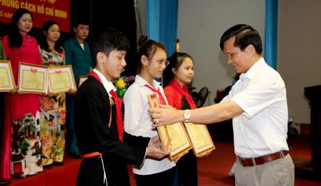 Đại diện các cá nhân điển hình thực hiện Chỉ thị 05 nhận giấy khen của UBND huyện Yên Bình.