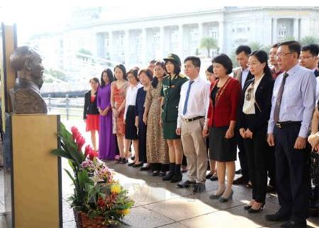 Đại sứ Việt Nam tại Singapore Tào Thị Thanh Hương, các cán bộ nhân viên Đại sứ quán và đại diện cộng đồng người Việt Nam tại Singapore tại lễ dâng hoa.