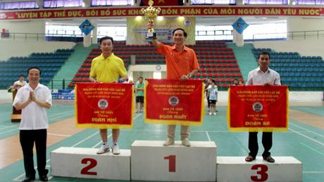 Đồng chí Hoàng Xuân Nguyên-Trưởng ban Dân vận Tỉnh ủy, Chủ tịch Liên đoàn Bóng bàn tỉnh trao giải Nhất toàn đoàn cho CLB Thành Công.