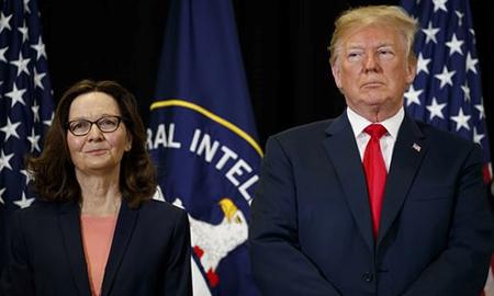 Tổng thống Mỹ Donald Trump đứng bên bà Gina Haspel trong lễ tuyên thệ nhậm chức Giám đốc CIA.
