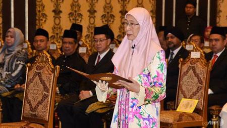Bà Wan Azizah Wan Ismail tuyên bố nhậm chức Phó Thủ tướng, kiêm Bộ trưởng Phụ nữ và Phát triển Gia đình Malaysia.