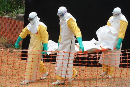 Hình ảnh vận chuyển xác người do dịch Ebola.