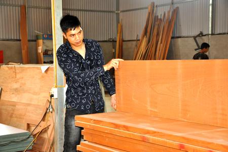 Nguyễn Hải Dương kiểm tra chất lượng gỗ nguyên liệu trước khi đưa vào sản xuất nội thất.