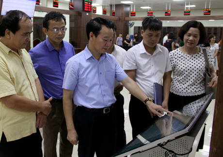 Đồng chí Đỗ Đức Duy- Chủ tịch UBND tỉnh kiểm tra các trang thiết bị công nghệ lắp đặt tại Trung tâm.