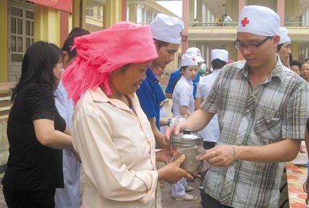 Những bát cháo tình thương sẻ chia tới bệnh nhân nghèo tại Bệnh viện Đa khoa khu vực thị xã Nghĩa Lộ.