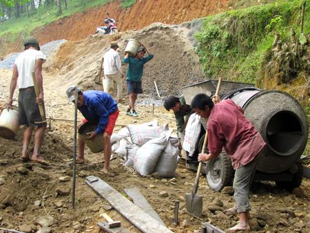 Nhân dân xã Nghĩa Phúc tích cực tham gia bê tông hóa đường giao thông nông thôn.
