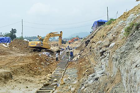 Thị xã Nghĩa Lộ tập trung chỉ đạo các đơn vị thi công hệ thống kè suối Thia.