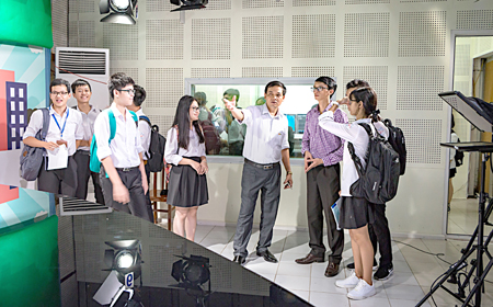 Các em học sinh lớp 11 Chuyên Anh, Trường THPT Chuyên Nguyễn Tất Thành trải nghiệm nghề nghiệp tại Đài Phát thanh - Truyền hình tỉnh.