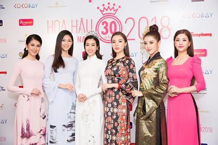 Top 3 Hoa hậu Việt Nam 2016 và top 3 Hoa hậu Việt Nam 2014 cùng diện áo dài, khoe nhan sắc rạng rỡ khi tham gia họp báo Hoa hậu Việt Nam 2018.